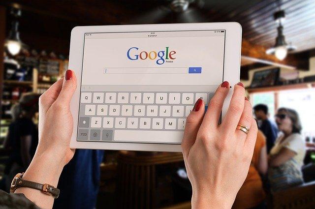 quelqu'un fait une recherche sur google dans un lieu public
